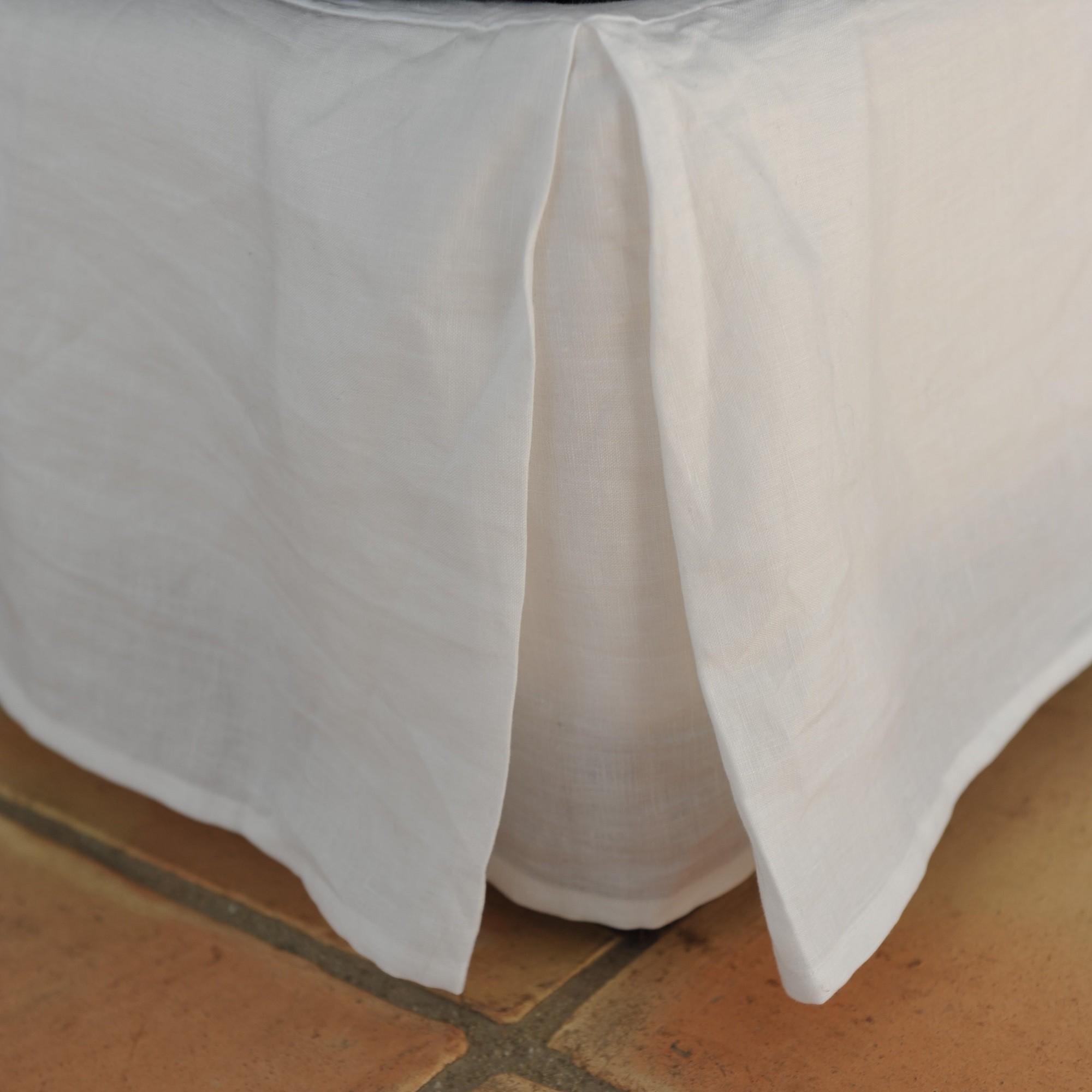 cache sommier en lin blanc maison d 39 t. Black Bedroom Furniture Sets. Home Design Ideas