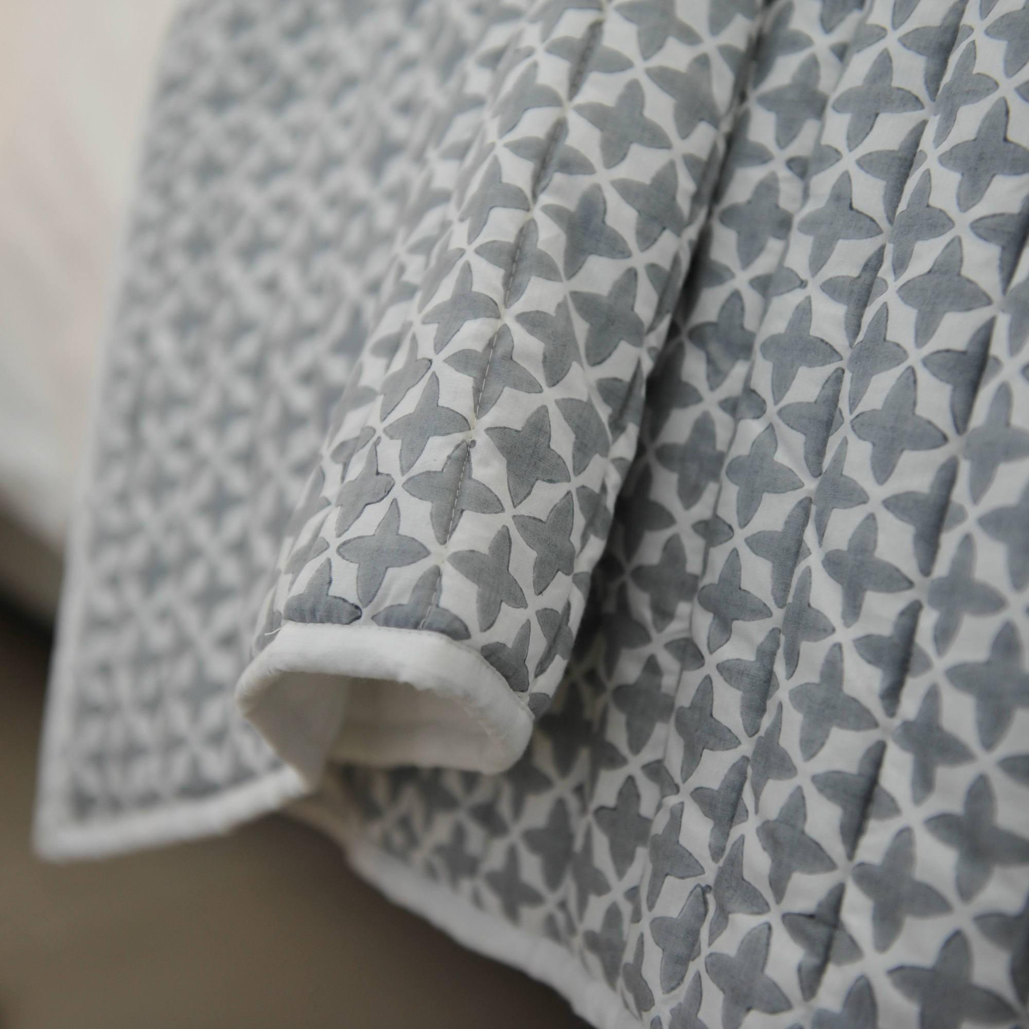 dessus de lit etoiles en coton gris et blanc. Black Bedroom Furniture Sets. Home Design Ideas