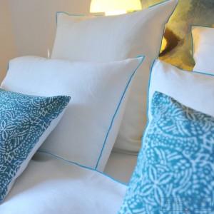 Taie d'oreiller lin lavé blanc bourdon turquoise