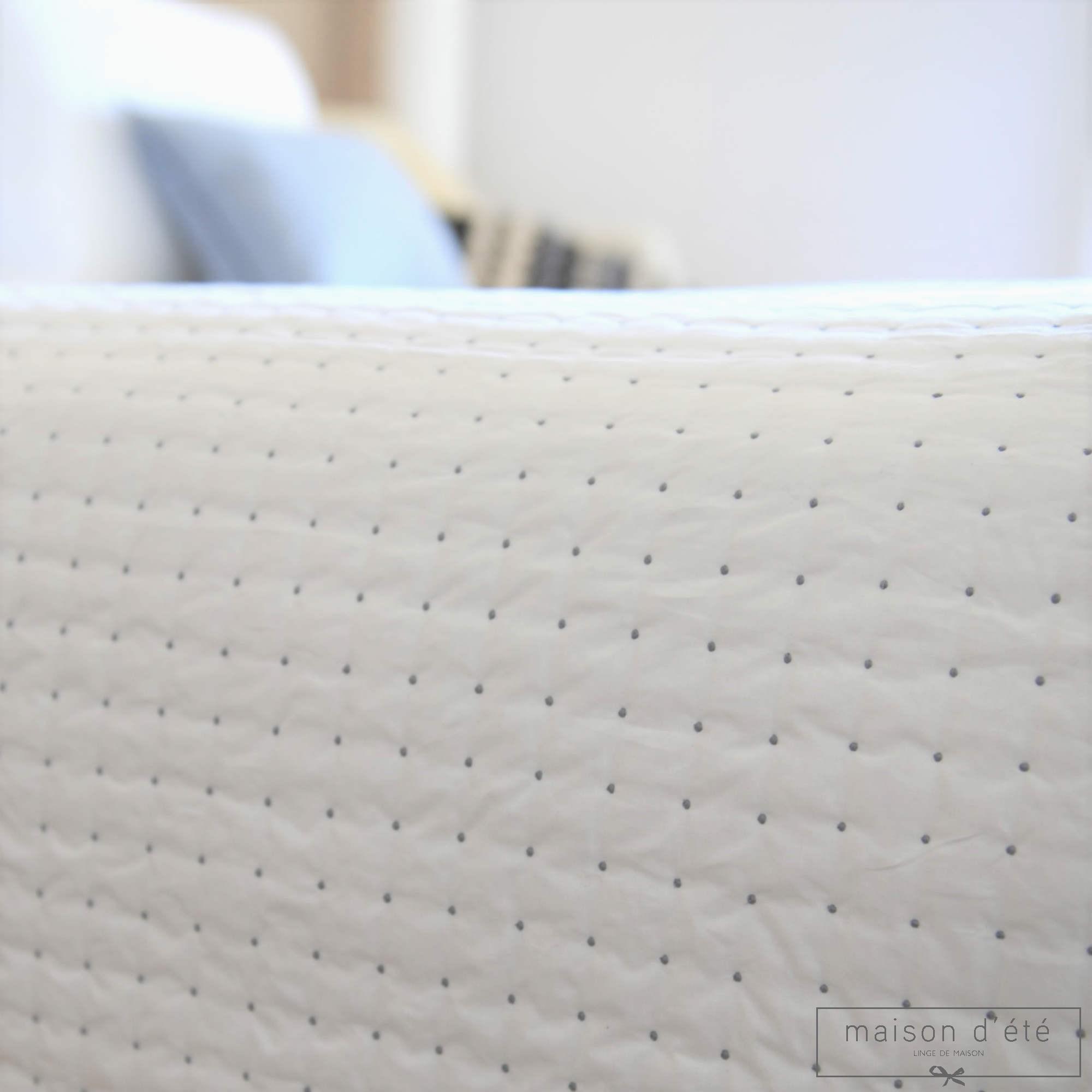 Dessus de lit plumetis blanc gris for Tapis coton noir et blanc