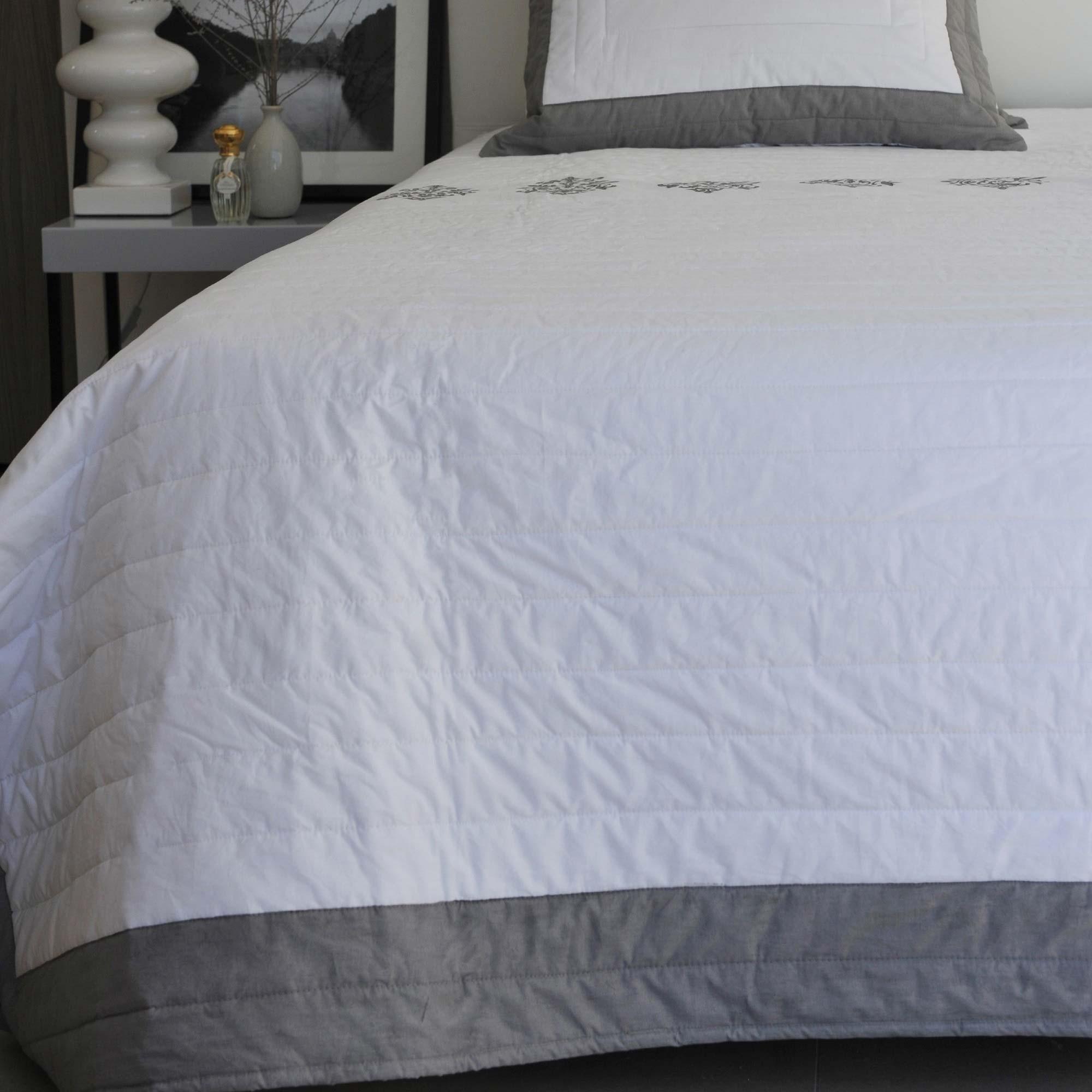 dessus de lit louise maison d 39 t. Black Bedroom Furniture Sets. Home Design Ideas