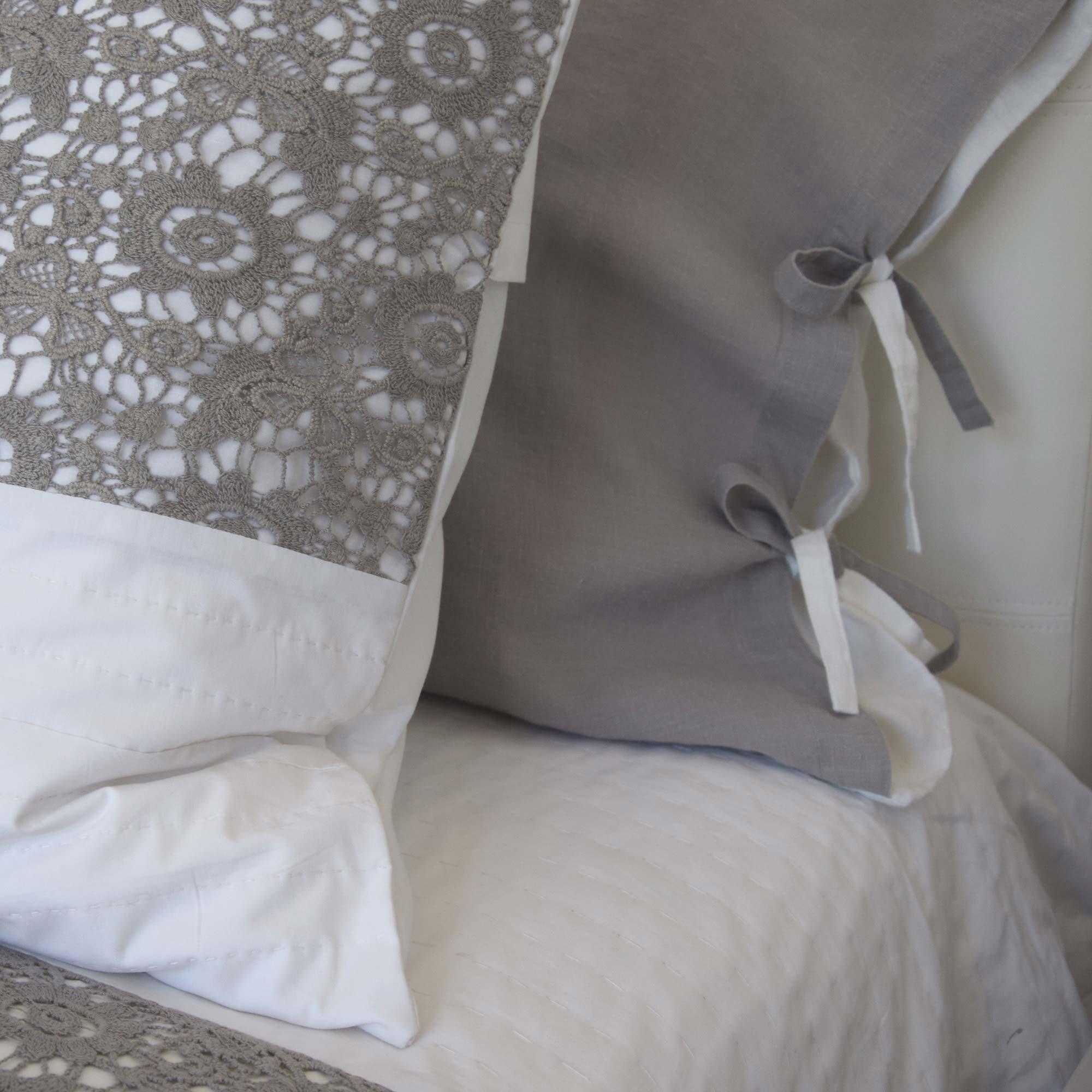 dessus de lit nantes coton blanc et dentelle grise maison d 39 t. Black Bedroom Furniture Sets. Home Design Ideas